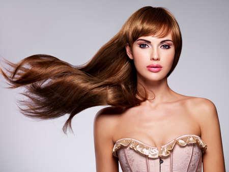 modelos desnudas: Retrato de la hermosa mujer sexy con el pelo largo. Modelo de manera con el peinado recto