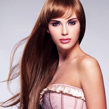 Portrait de la belle femme sexy avec les cheveux longs. modèle de mode avec coiffure droite