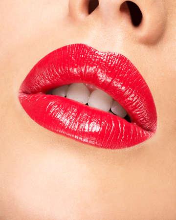 red lips: Los labios de la mujer con los labios pintados de rojo. La manera del encanto del lustre maquillaje brillante. Foto de archivo