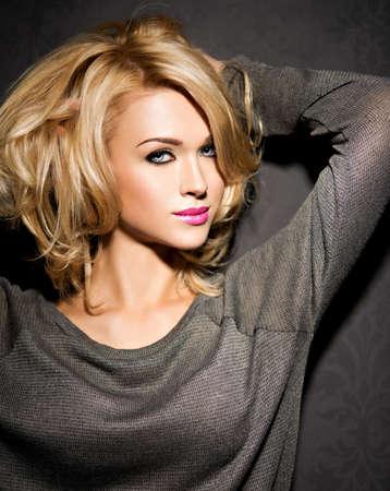 femme noire nue: Belle femme avec de longs cheveux blonds bouclés. Portrait d'un modèle de mode avec maquillage lumineux.