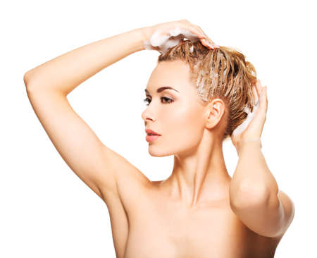 cabeza femenina: Retrato de una mujer joven que se lava el pelo en un fondo blanco