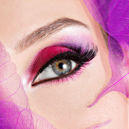 eye makeup: Ojo femenino del primer con la manera hermosa maquillaje de color rosa brillante