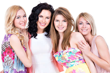 Portret van een groep jonge mooie lachende vrouwen in roze jurk - geïsoleerd op wit.