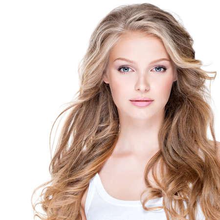 Ritratto di giovane e bella donna felice con i capelli lunghi ricci - isolato su bianco. Archivio Fotografico - 51992942