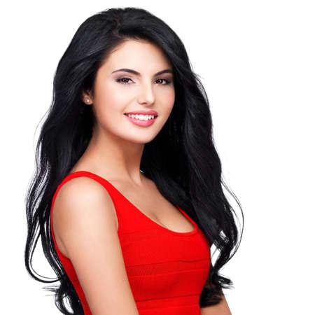 빨간 드레스에 긴 갈색 머리를 가진 젊은 웃는 여자의 아름다운 얼굴의 초상화