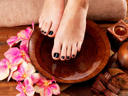 pedicura: Mujeres hermosas piernas con pedicura negro después de procedimientos Spa - Spa concepto de tratamiento