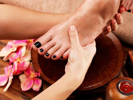 pies: Masaje del pie de la mujer en salón spa - concepto de tratamiento de belleza Foto de archivo