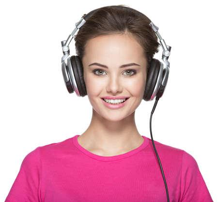 escuchando musica: Mujer sonriente con los auriculares escuchando música aislado en fondo blanco