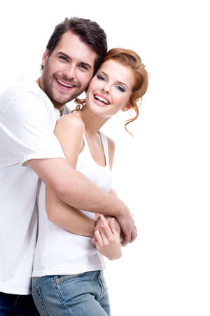 Fröhlich glückliches junges Paar Blick in die Kamera - isoliert auf weißem Hintergrund.