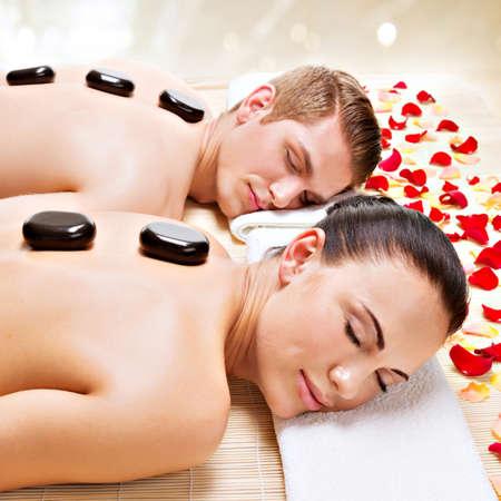 Portrait d'un couple attrayant détente dans le spa salon avec des pierres chaudes sur le corps. Banque d'images - 45704702