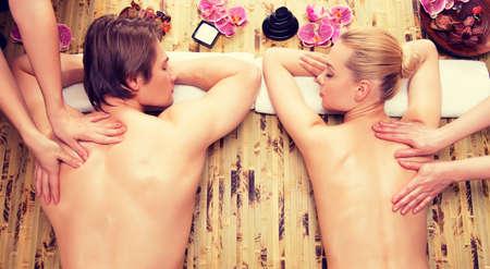masajes relajacion: Hermosa pareja recibiendo masaje de espalda profunda y la relajación en el salón del balneario. LANG_EVOIMAGES