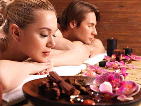 massaggio: Coppia attraente rilassarvi presso il salone spa. Trattamenti di bellezza concetto.