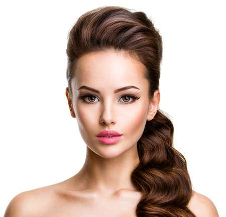 mujeres elegantes: Hermoso rostro de una mujer atractiva joven con los pelos largos que presenta en el estudio sobre fondo blanco