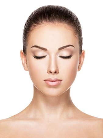 ojos cerrados: Cara hermosa de la mujer cauc�sica joven con la piel fresca de la salud - aislado en blanco. Ojos cerrados LANG_EVOIMAGES