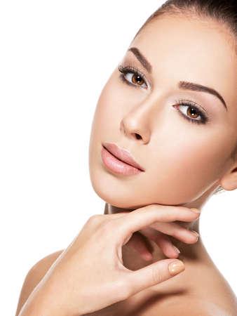 美白で隔離 - 若い美しい女性の顔