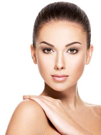 Schoonheid gezicht van de jonge mooie vrouw - geïsoleerd op wit Stockfoto