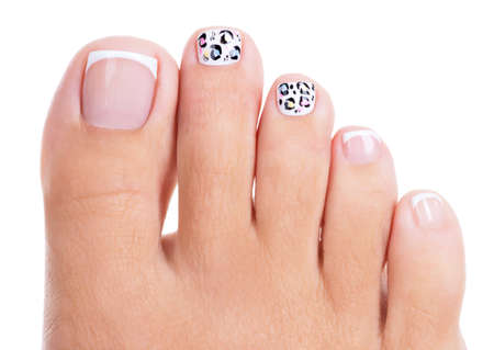 piernas mujer: Uñas de la mujer hermosa de las piernas con hermosa manicura francés y el diseño de arte