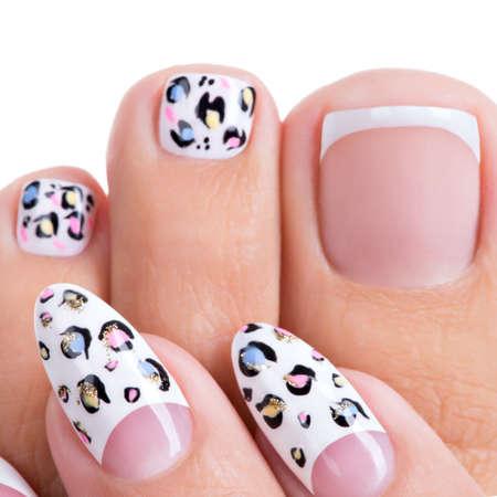 Le unghie bella donna delle mani e delle gambe con una bella french manicure, pedicure con art design Archivio Fotografico - 46096942