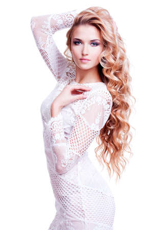 hair blond: Ritratto pieno di bella ragazza bionda caucasica con i capelli ricci - posa su sfondo bianco