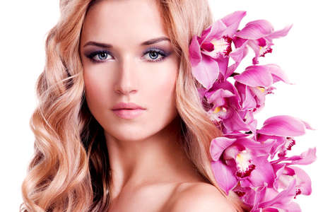 junge nackte mädchen: Face of beautiful woman with healthy skin and pink flower over white background.