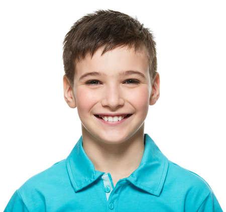 riÃ â  on: Retrato del muchacho joven adolescente feliz mirando a la cámara. Foto de archivo