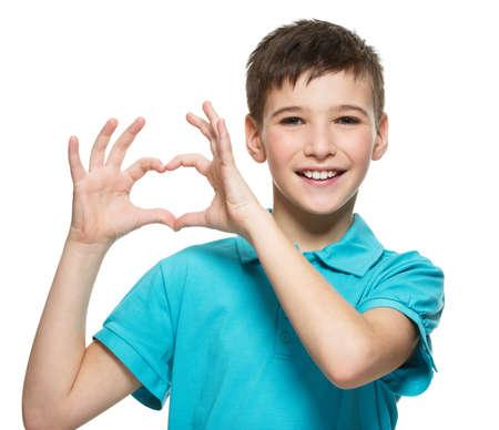 흰색 배경에 고립 된 심장 모양으로 행복 한 십 대 소년의 초상화 스톡 콘텐츠