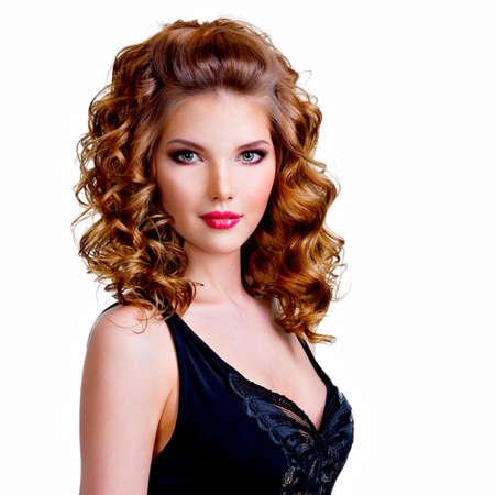 hair curly: Retrato de mujer hermosa en vestido negro con el pelo rizado - aislados en un fondo blanco.