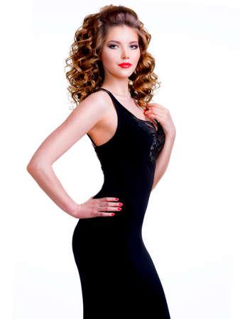 Portrait de belle femme en robe noire aux cheveux bouclés - isolé sur un fond blanc.