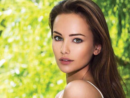 ojos verdes: retrato de la joven y bella mujer con pelos largos. al aire libre.