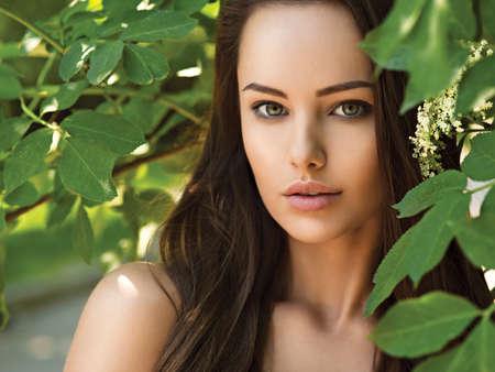 長い毛との若い美しい女性の肖像画。アウトドア。