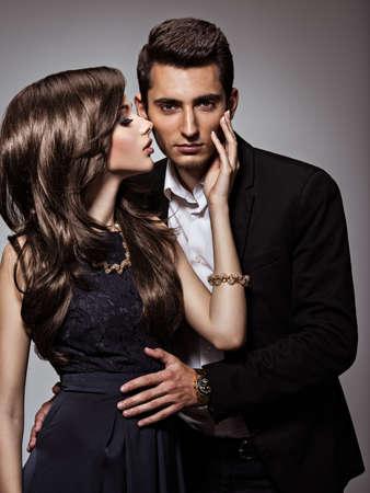 Retrato del estudio de la joven y bella pareja flirteo en el amor