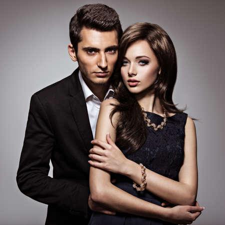 fille nue sexy: Studio portrait de la belle jeune couple dans l'amour Banque d'images
