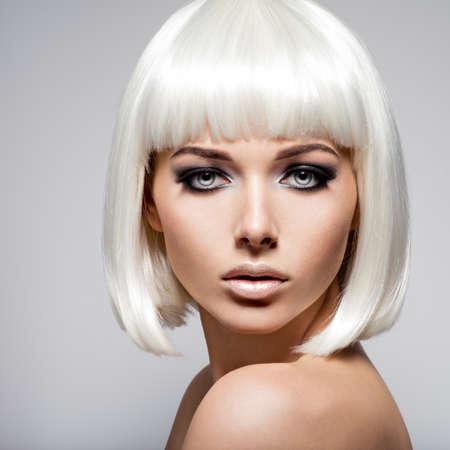 nackte schwarze frau: Mode Porträt der jungen Frau mit blonden Haaren und schwarzen Make-up des Auges