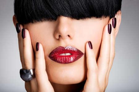 Nahaufnahme Gesicht einer Frau mit schönen sexy roten Lippen und dunkle Nägel - Studio