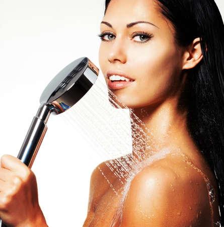 mujer sexy desnuda: Primer retrato de una mujer hermosa atractiva sostiene ducha en las manos