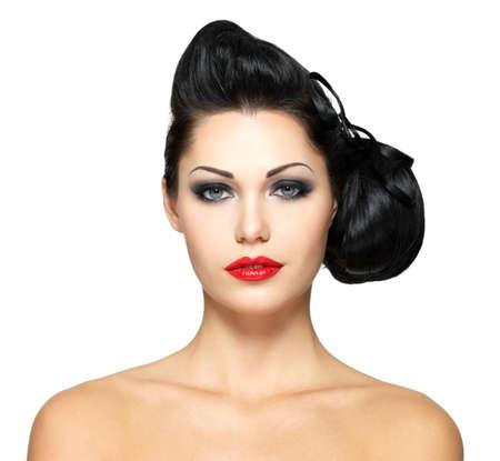 cabello negro: Mujer de la manera con el peinado de la belleza y el lápiz labial de color rojo - aislado en fondo blanco