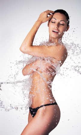 mujer sexy desnuda: hermosa mujer desnuda con el cuerpo mojado atractivo y salpicaduras de agua