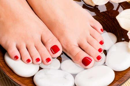 mimos: Foto de detalle de una hermosa pies femeninos con pedicure rojo