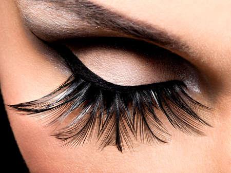 pesta�as postizas: Maquillaje hermoso del ojo con las pesta�as falsas largas. rostro de vacaciones