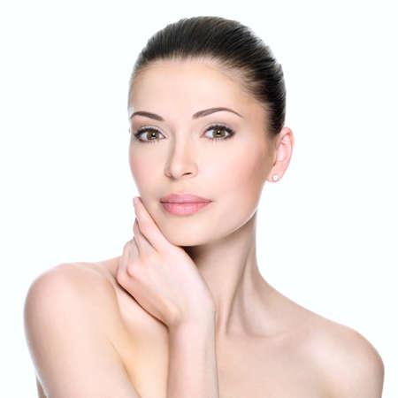 大人の女性は、美しい顔を白で隔離しました。肌ケアのコンセプトです。