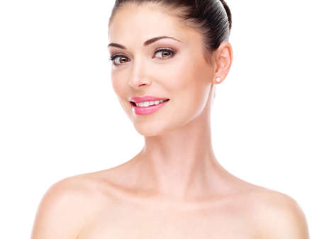 美しい顔を白で隔離した若い大人の女性。肌ケアのコンセプトです。
