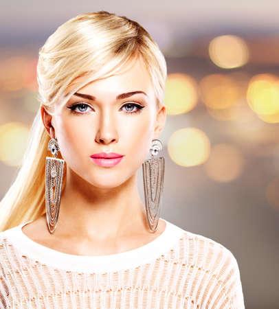 Portrait d'une belle femme avec des lèvres rose vif et le maquillage de la mode. Modèle posant au studio sur le fond de l'art