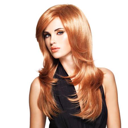 검은 드레스에 긴 직선 빨간 머리를 가진 아름 다운 여자입니다. 스튜디오에서 포즈를 취하는 패션 모델. 흰색에 고립