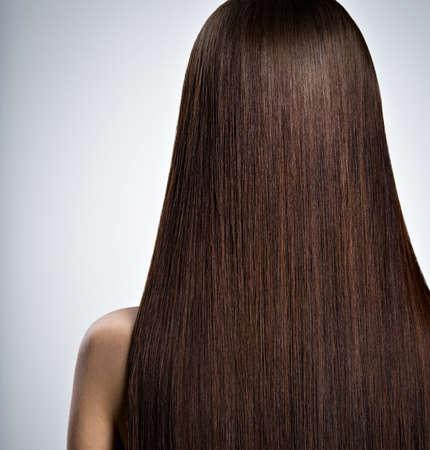 capelli dritti: Posteriore Ritratto di donna con lunghi capelli lisci castani nello studio