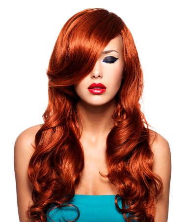 capelli lunghi: Ritratto di bella donna con i capelli lunghi rossi e le labbra rosse. volto calmo di adulti bella ragazza, isolato su bianco.