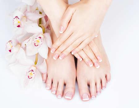 ペディキュアとマニキュアの手順 - ソフト フォーカス画像のスパ ・ サロンで女性の足のクローズ アップ写真