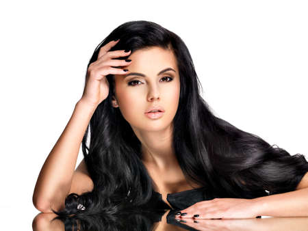 cabello negro: Hermosa mujer morena con el pelo largo y rizado negro posando en el estudio