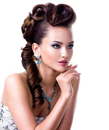 maquillaje de ojos: Retrato de perfil de una mujer joven hermosa con el peinado creativo y brillante maquillaje de ojos de color. Modelo de manera desgaste azul pendiente y collar - aislado fondo blanco