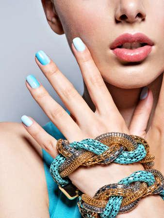 mains femme ongles manucure bijoux bleu mode. femme, mains aux ongles bleus