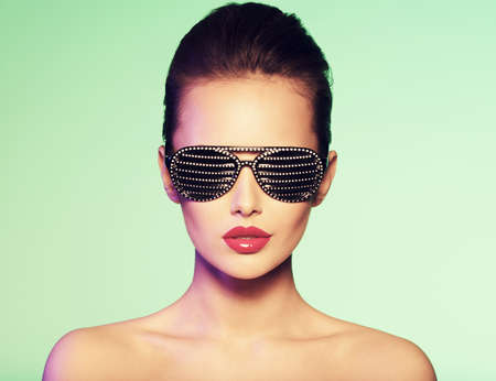 Fashion portrait of  woman wearing black sunglasses with diamonds and red lips 版權商用圖片 - 54311043